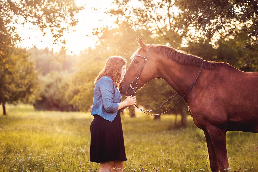 frau fikt pferd